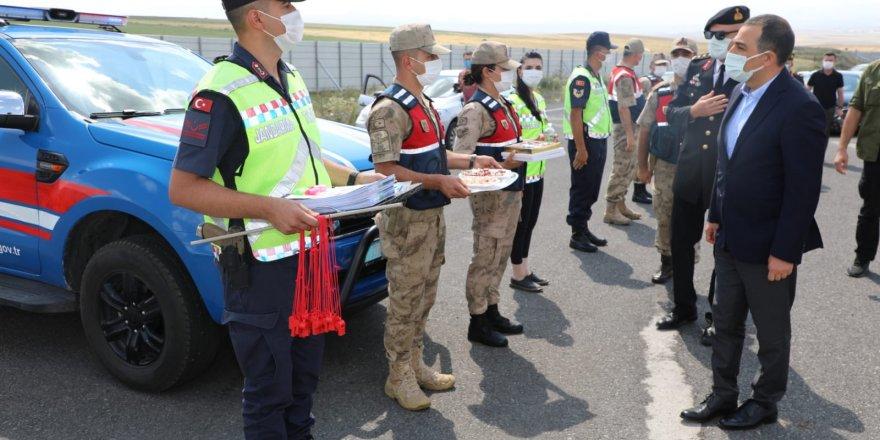 Jandarma mensupları ile seyahat eden yolcuların bayramları kutlandı