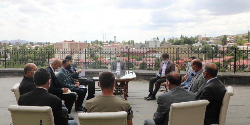 Kars Valisi ve Belediye Başkanı Türker Öksüz, muhtarları dinliyor