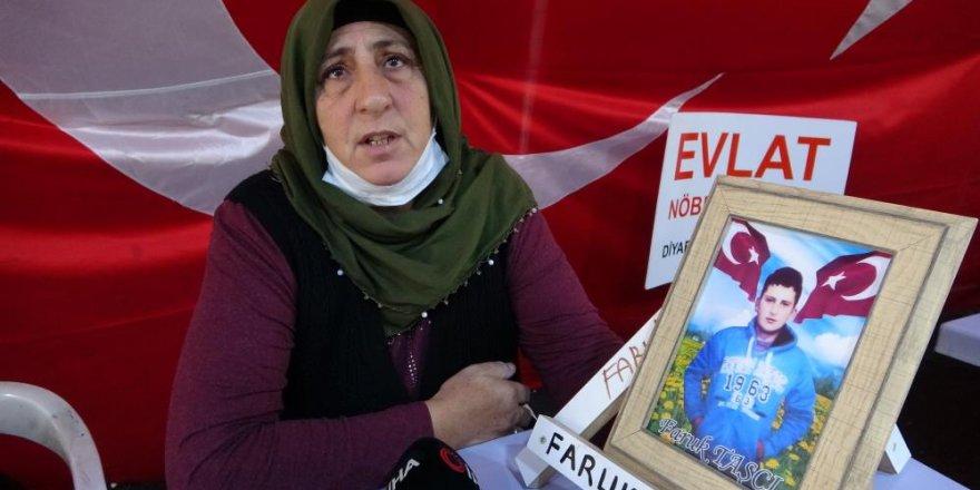 """Kars'tan oğlu Faruk için Diyarbakır'a gelen anne : """"8 yıldır kokunu özledim"""""""