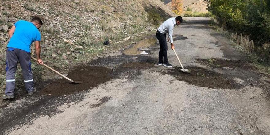 Kars'ta santral çalışanları bozuk yolu yapıyor