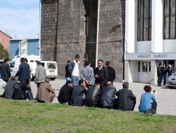Mahkeme önünde bekliyorlar