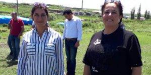 İki kadın aday biri birlerine başarı diledi