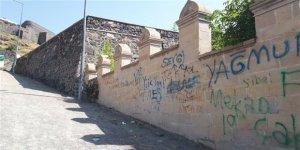 Duvarları yazanlar Kars'a ihanet ediyor