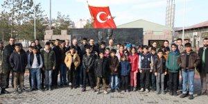 Vali Öksüz, çocuklarla birlikte Kazım Karabekir Kışlası'nı ziyaret etti
