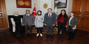 Akrostiş şiir yazan öğrenciler Vali Türker Öksüz'ü ziyaret etti