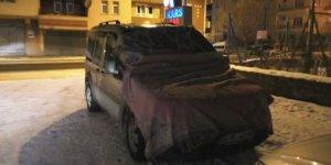 Kars'ta araçlara battaniyeli ve kilimli önlem