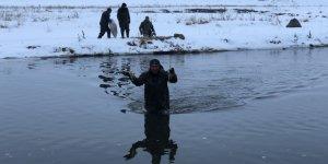 Kars'ta köyüler buz gibi sudan balık ihtiyacını karşılıyor
