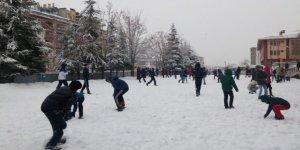 Sarıkamış'ta yoğun kar yağışından dolayı eğitime bir gün ara verildi