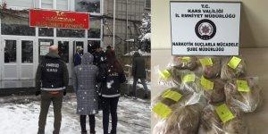Kars'ta esrarı vücuduna saran kadın yakayı ele verdi