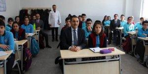 Vali Öksüz'ün okul ziyaretleri sürüyor