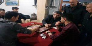 CHP Adayı Taner Toraman, gençlerle tavla oynadı