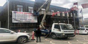Kars Belediyesi'nin borç, araç ve personel sayısı Belediye binasına asıldı
