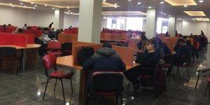 Kafkas Üniversitesi Kütüphanesi dolup taştı