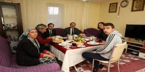 Kars Valisi Türker Öksüz, Demirci ailesini ziyaret ederek Ramazanın ilk iftarını birlikte yaptı