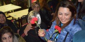 Eşbaşkan Şevin Alaca Annelere Karanfil Dağıttı