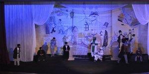'Ölüler ve Deliler' Kars'ta seyirciyle buluştu