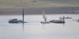 Kars Baraj Gölü'nde sular çekilince cami ve okul ortaya çıktı