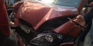 İki aracın çarpıştığı kaza maddi hasarla atlatıldı