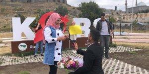 Karslı gençten kız arkadaşına sürpriz evlilik teklifi