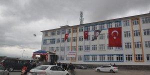 Kars'ta okul bitişiğine kurulan baz istasyonu dikkat çekti