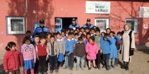 Kars polisinden köy çocuklarına ziyaret