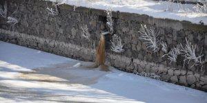 Lağım atıkları, kar ve buzda görücüye çıkıyor