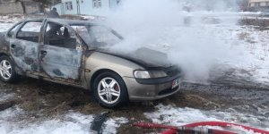 Kars'ta park halindeki otomobil yandı