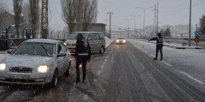 Sarıkamış'ta yoğun kar yağışı altında korona uygulaması