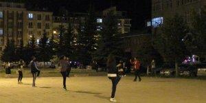 Kars'ta antrenörler sokakta, vatandaşlar balkonda spor yaptı