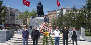 Gözlükçüler ve Optisyenler Atatürk Anıtı'na çelenk sundu