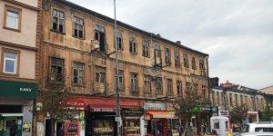Kars'ta tarihi bina çürüyor