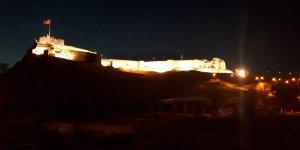 Kars Kalesinin ışıklandırma sistemi ot yangınında zarar görebilir!