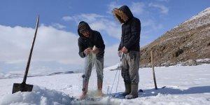 Çıldır Gölü'nde 'Eskimo' usulü balık avı