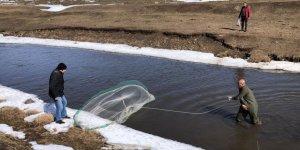 Kars'ta dereler balıkçıların akınına uğradı