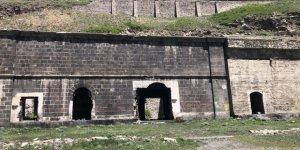 Kars'ta tarihi yapılar tek tek yok oluyor