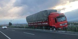 Kars'ta saman yüklü tır orta refüje çıktı