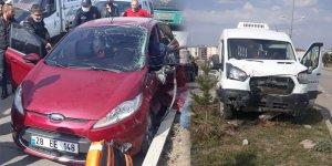 Kars'ta otomobil ile minibüs çarpıştı!