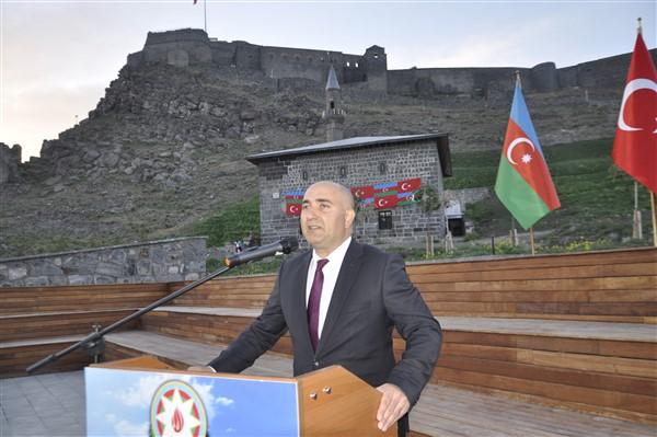 azerbaycanin-cumhuriyet-coskusu-kars-kalesine-yansidi-17.jpg