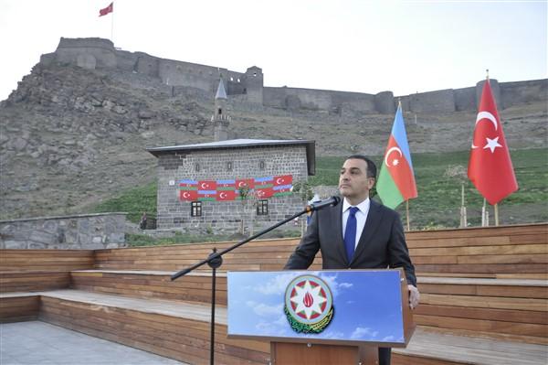 azerbaycanin-cumhuriyet-coskusu-kars-kalesine-yansidi-22.jpg