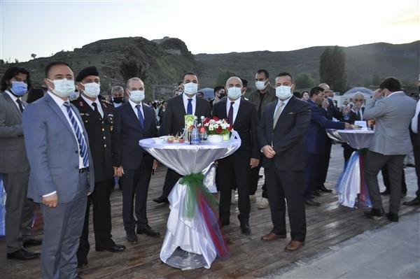 azerbaycanin-cumhuriyet-coskusu-kars-kalesine-yansidi-25.jpg