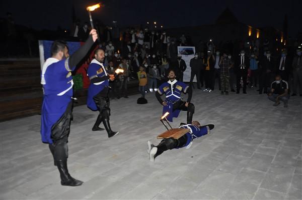 azerbaycanin-cumhuriyet-coskusu-kars-kalesine-yansidi-45.jpg